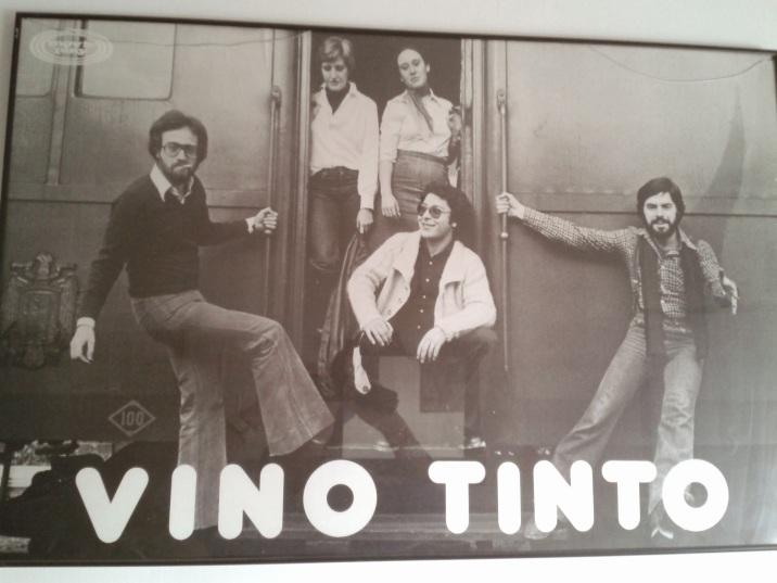 C1 Vino Tinto, más poster.